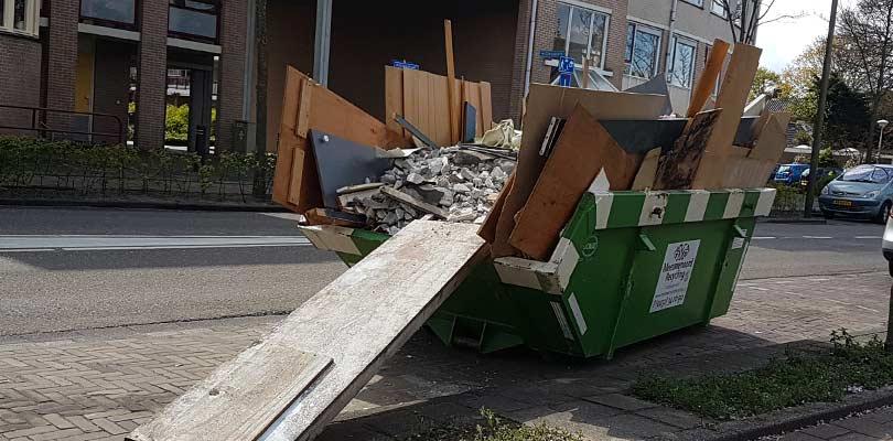 bouw-en-sloopafval-container-uisteken-loopplank